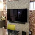 テレビ関連の機器や配線、雑多な小物はすべてテレビボードの裏に収納  別途用意したスピーカーもテレビボードにピッタリ設置