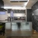 光沢のあるキッチンのパネルやシャンデリアを使い華やかな空間に