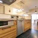 キッチンの床は水はねを考えて、水に強い床材を使用