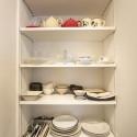 キッチン横の可動棚には食器を見せる収納