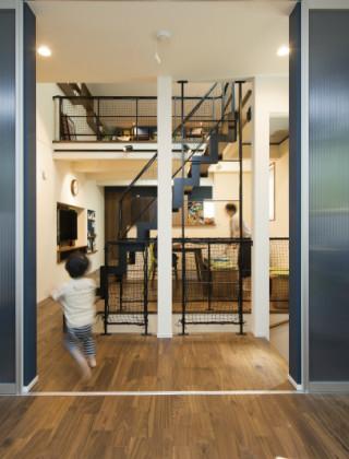 狭小地に建つアイデア豊かな家