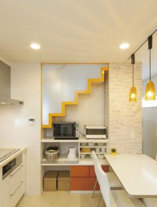 狭小地に建つ中心に階段のある家