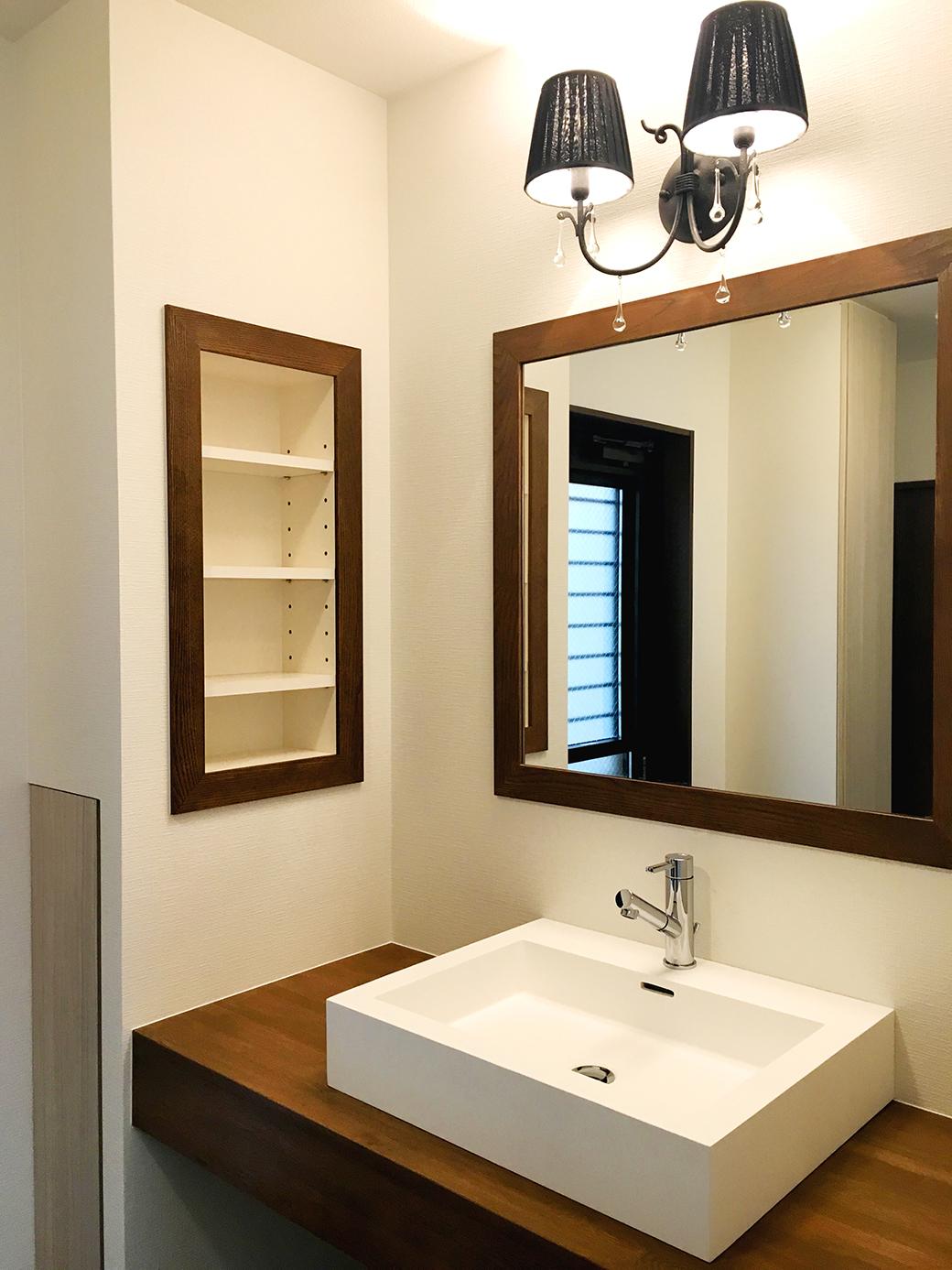洗面壁面の埋め込み収納は細々した物の収納に便利