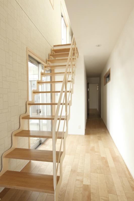 抜け感があり広く感じられるオープン階段