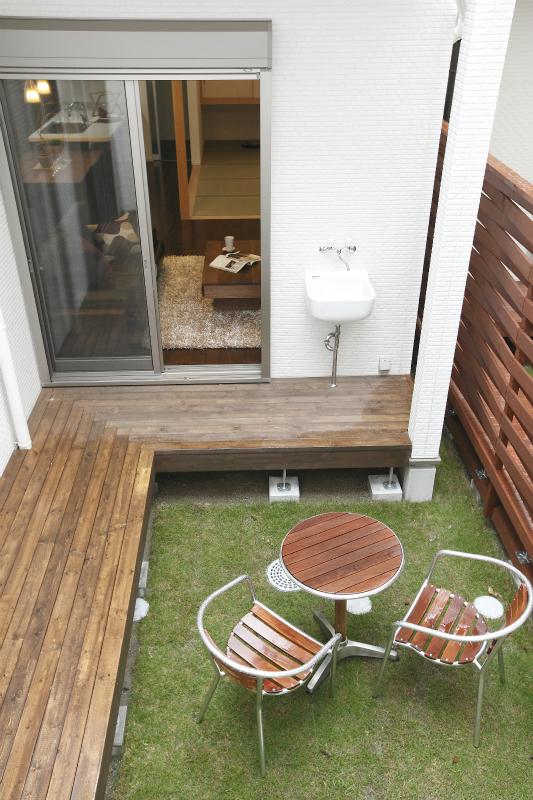 蔵収納からも繋がり、多目的水栓もついている中庭