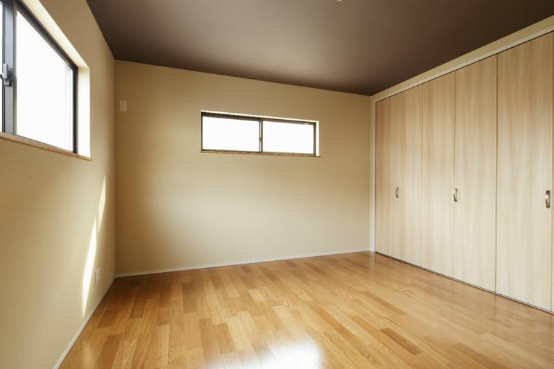 寝室には壁一面のクローゼットで収納力も抜群