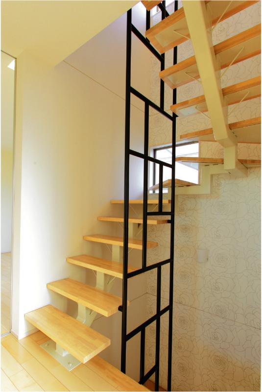 開放的な階段スペースに、デザインが印象的な階段手すり