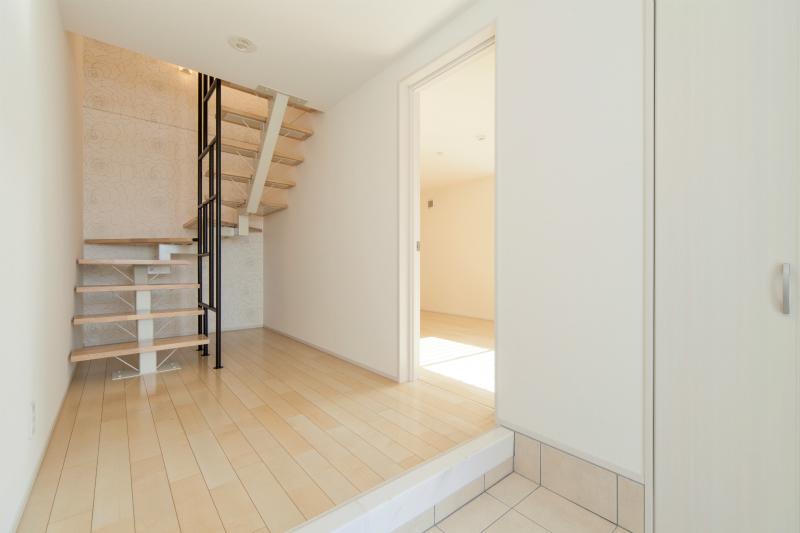 オープン階段で広々と感じられる玄関ホール