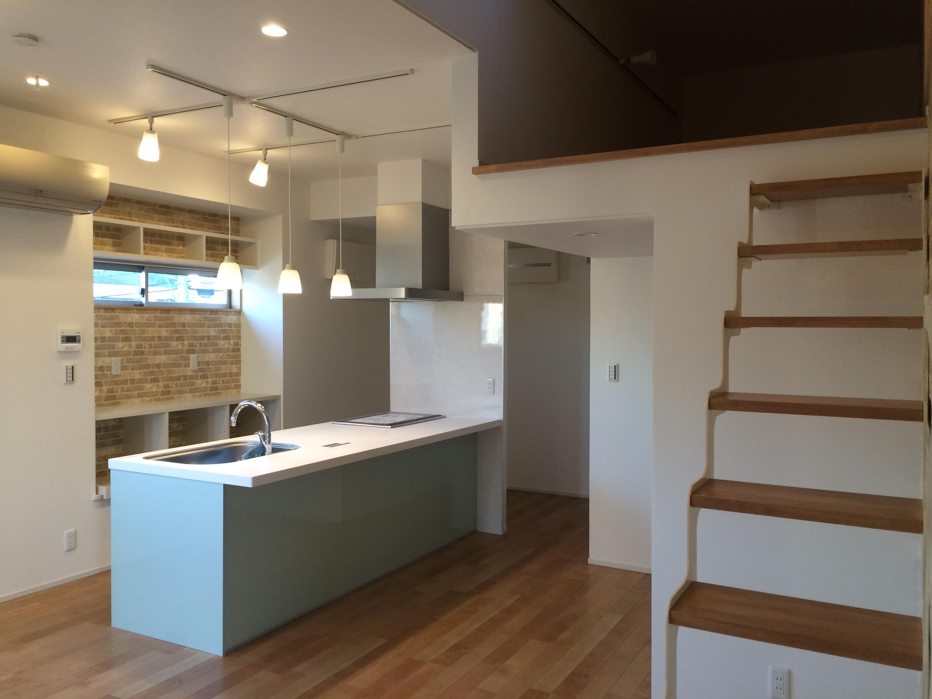 キッチン側からダイニング側へ通り抜ける事ができるパントリーにキッチン背面収納もあり、収納は十分