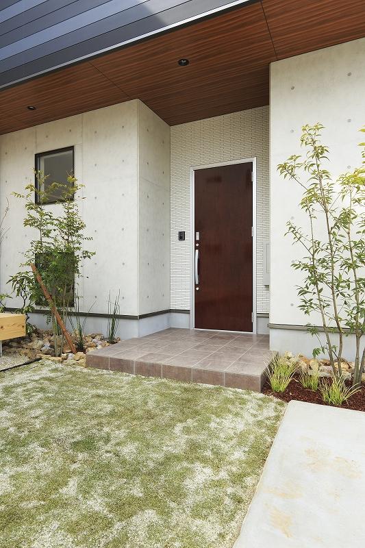 植栽で彩られた玄関ポーチ
