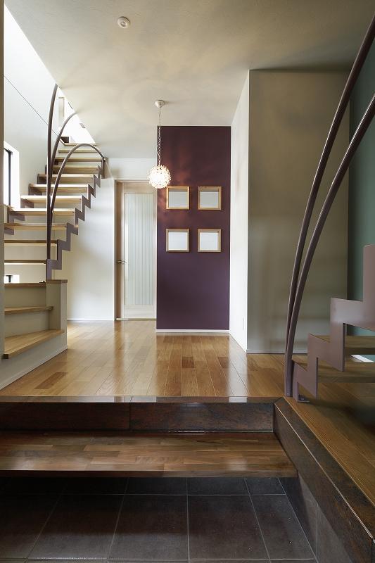 天井が高く、大理石の框やウォルナットの式台を使っい高級感ある玄関