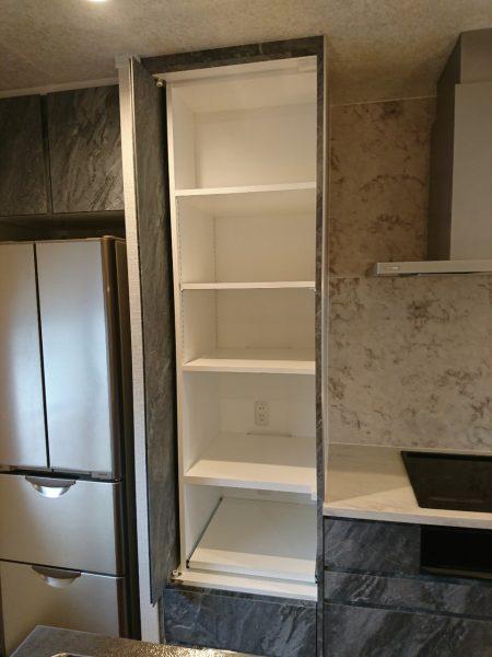 IHコンロ設置のカウンターや横の収納、冷蔵庫上収納はお施主様のご希望に合わせてオリジナルで造作。