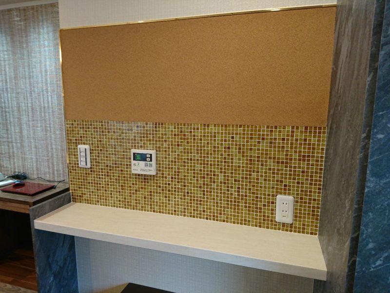 コルクボードを貼った壁にはメモを貼ったりお洒落に飾ったりと使い方も色々ですね